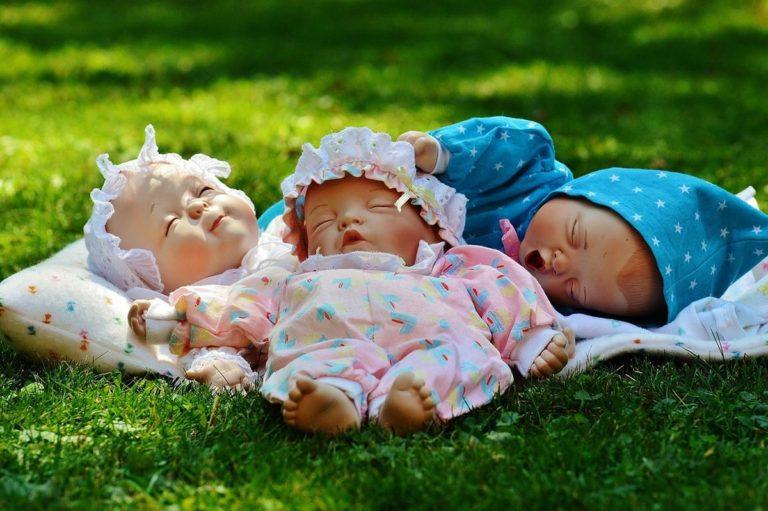 Małe dziewczynki lubią bawić się lalkami